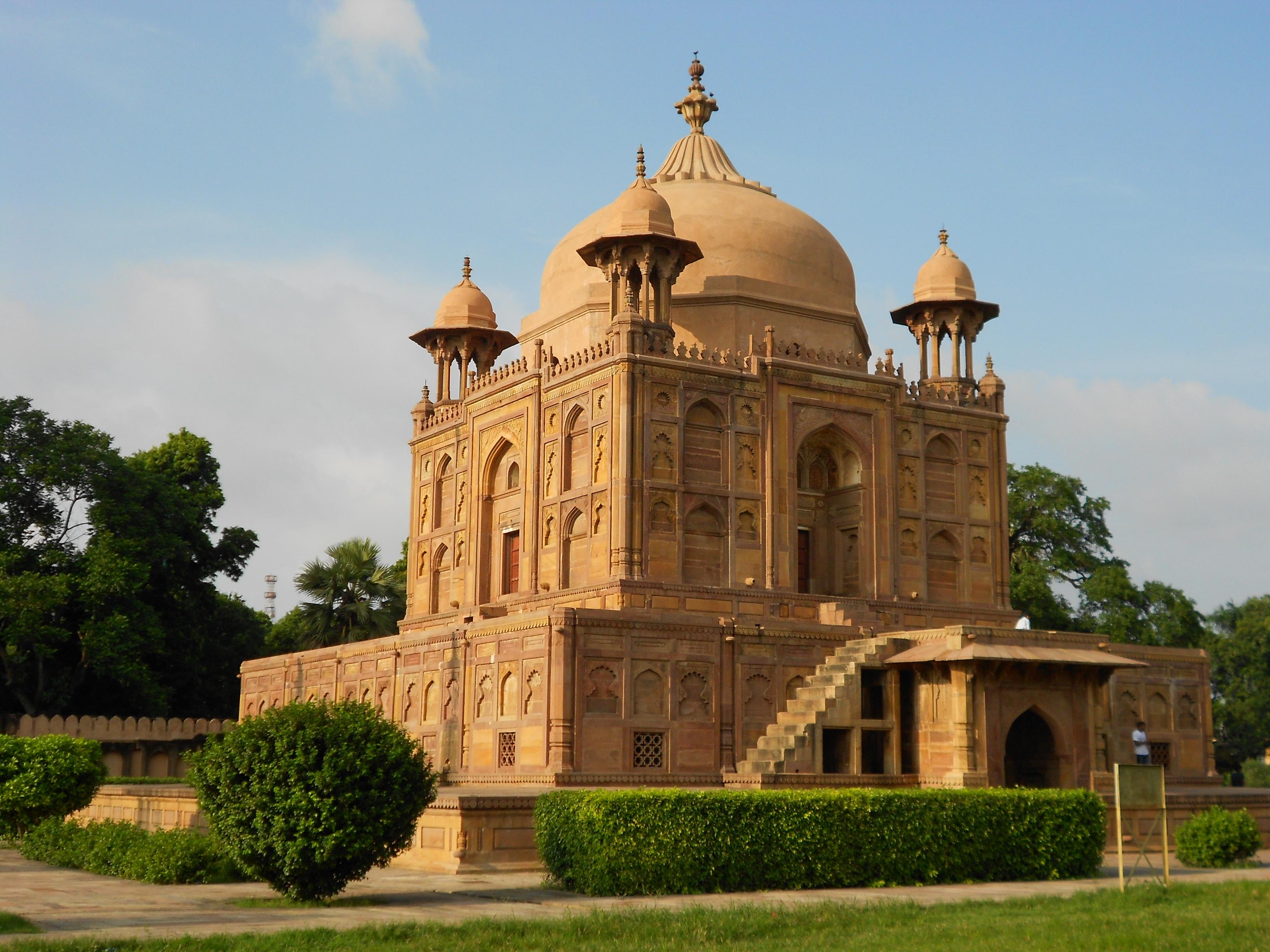 Tomb of nisar begum at khusro bagh allahabad